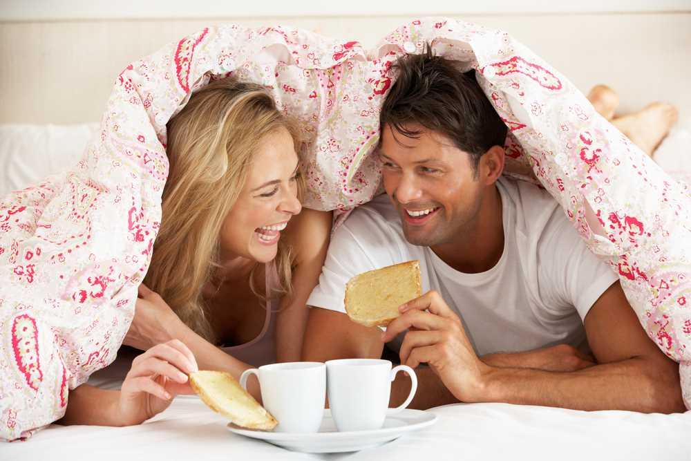 זוג נהנה בחדר שינה מעוצב
